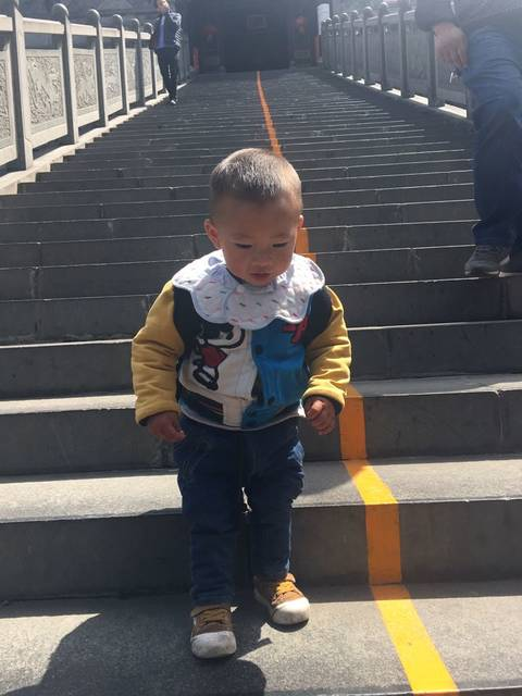 男宝宝一岁七个月,半夜走子哭闹不停。_以前都