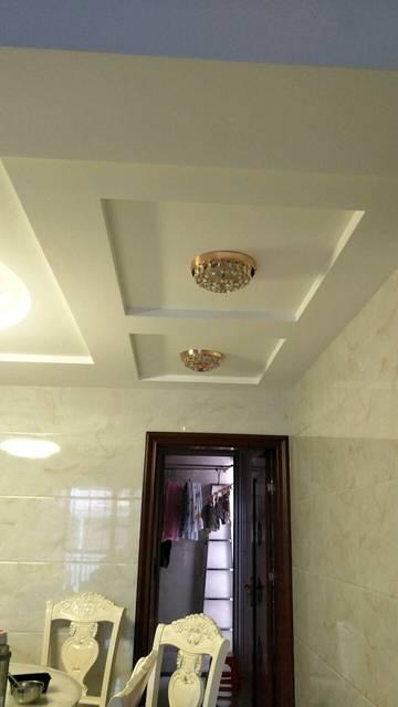 這是客廳跟餐廳的吊頂設計     客廳只做半吊  跟石膏線  沒有隱形燈
