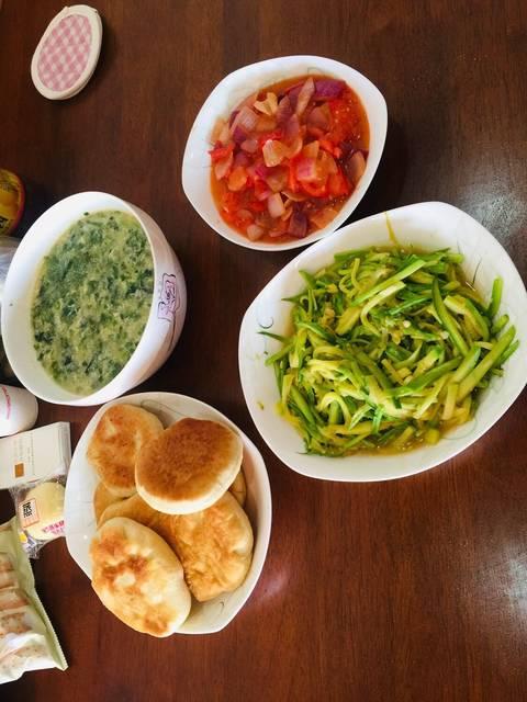 开饭啦,今天番茄土豆汤,洋葱炒菠菜,炒小瓜沙拉酱和花生酱哪个好图片